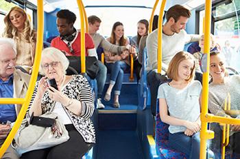 passagers à l'intérieur d'un bus